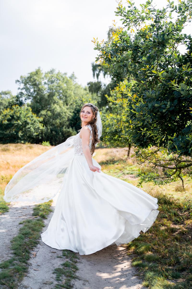 Braut tanzt in der Heide Hochzeitsfotografin bremen