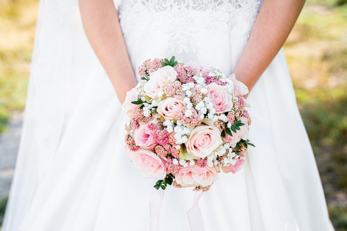 Detailfoto vom Brautstrauß rosa Rosen Hochzeitsfotos Heide