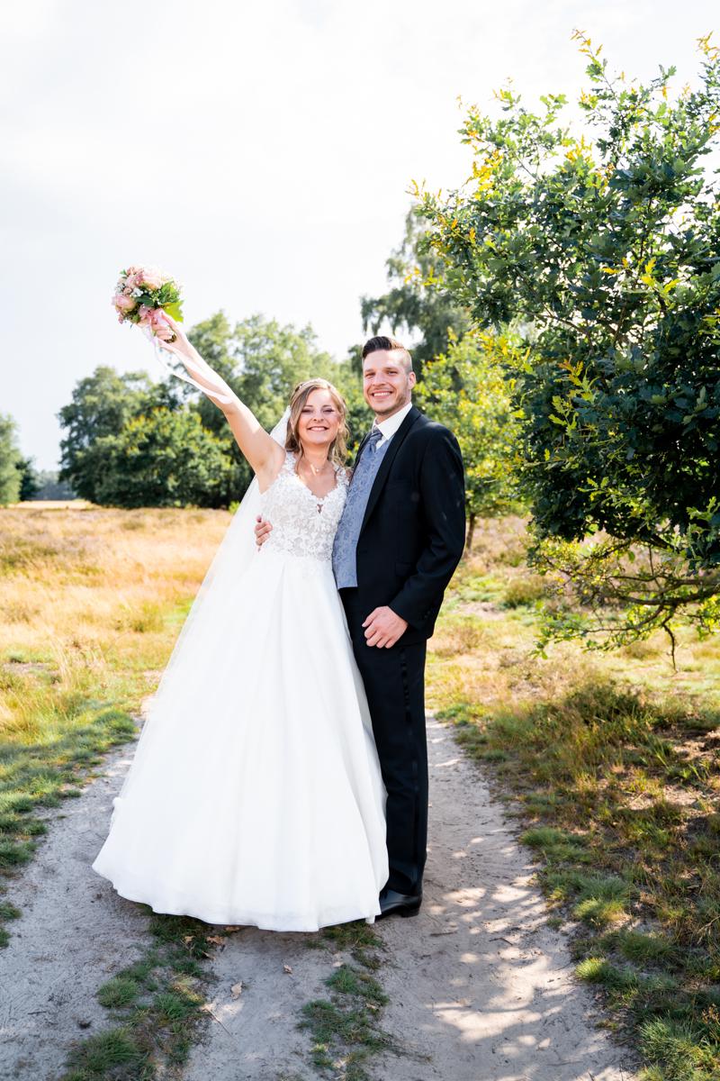 Jubelnde Braut nach der Hochzeit Hochzeitsfotos Pestruper Heide