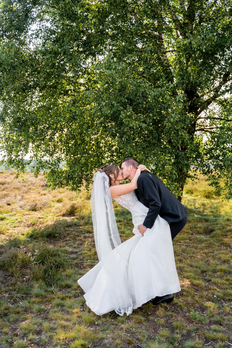 Küssendes Ehepaar in der Heidelandschaft Späte Sommersonne
