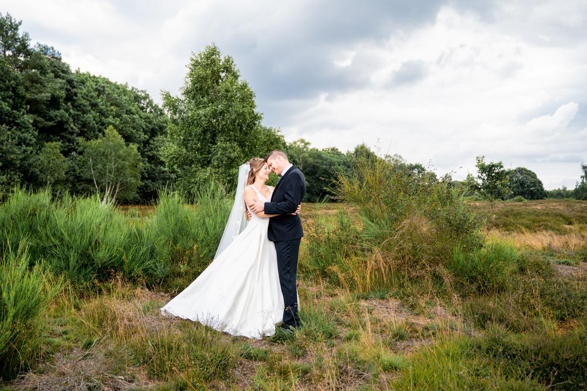 Brautpaar und der Heide Hochzeitsfotografin bremen Fotoshooting nach der Trauung