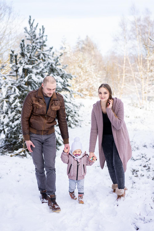 Spaziergang durch den Schnee beim Familienshooting Bremen