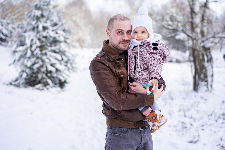 Papa mit Tochter Familienfotos im Schnee Fotografin Bremen