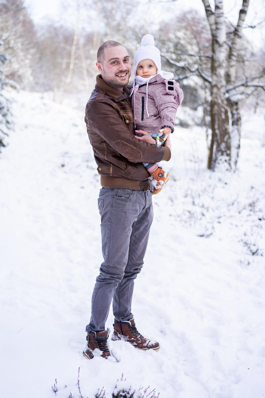 Vater mit Tochter im Schnee Familienfotos Bremen Schneeshooting