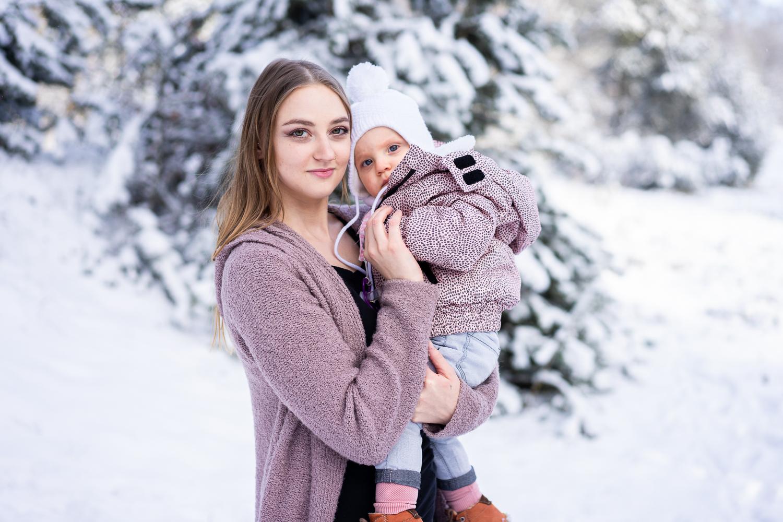 Mama und Tochter beim Familienshooting im Schnee