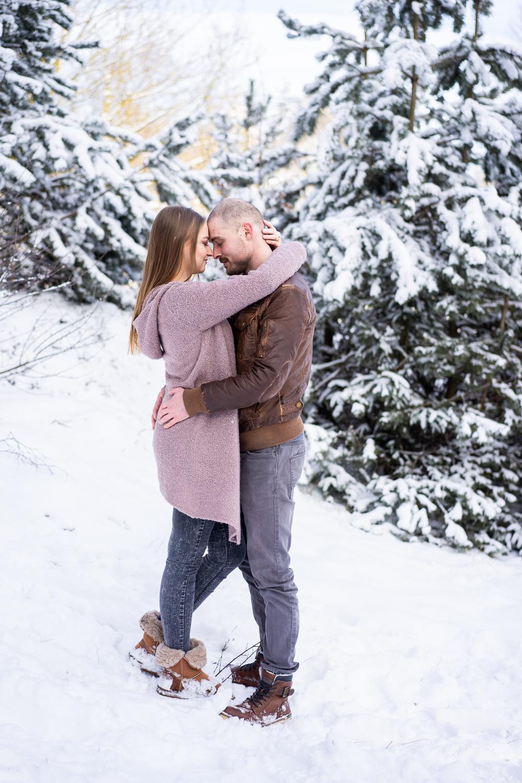 Pärchen umarmt sich beim Familienshooting im Schnee Bremen