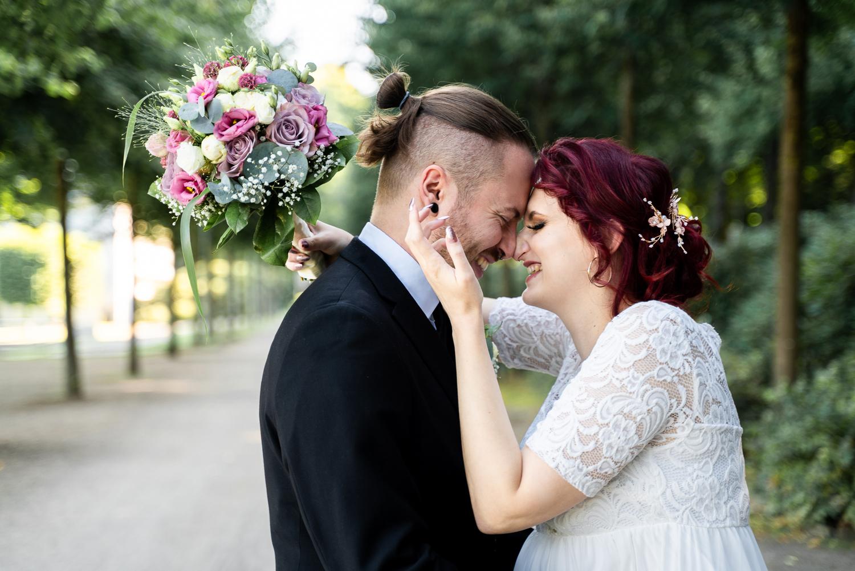Lachendes Pärchen Paarshooting Hochzeitsfotos in bremen