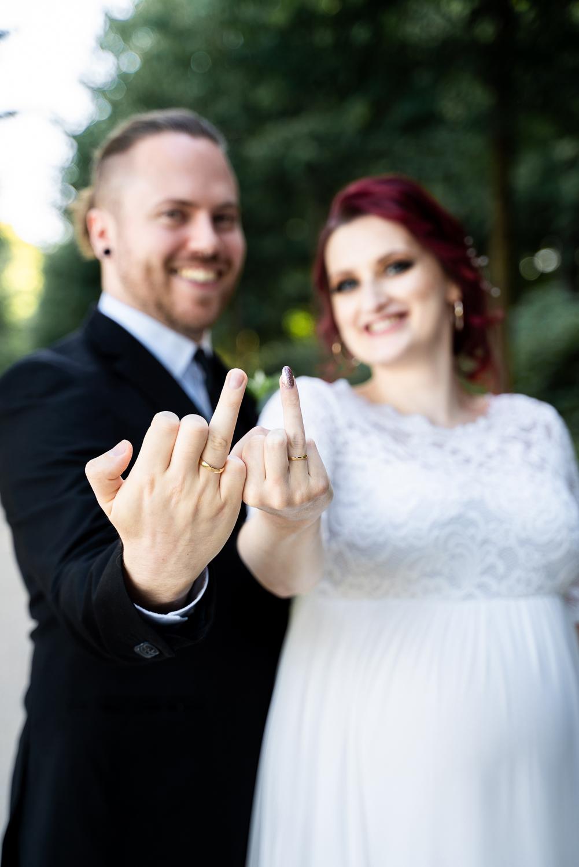Hochzeitsfotos Bremen Ringfinger präsentieren