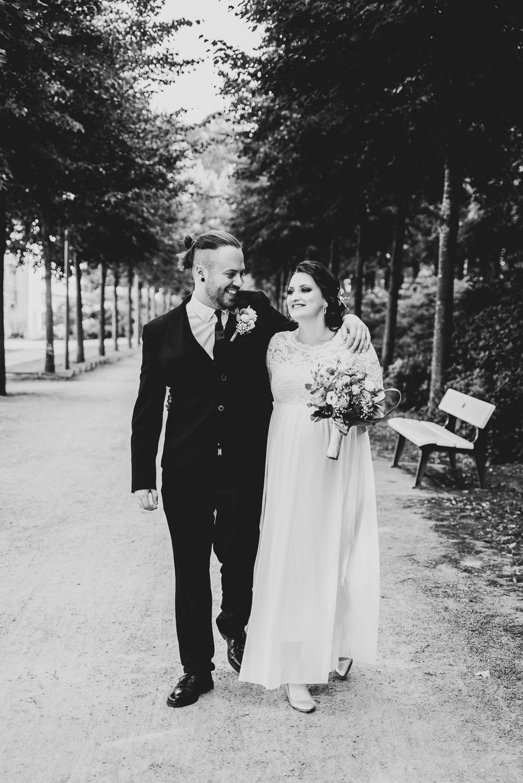 Schwarz weiß Bild Hochzeitsfotografin Bremen Spaziergang des Paares