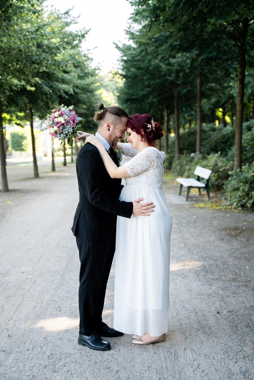 Umarmung in der Allee Hochzeitsfotografin bremen