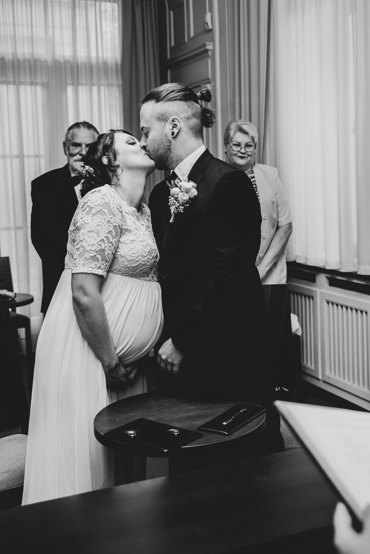 Kuss nach der Trauung Hochzeitsfotografin Bremen
