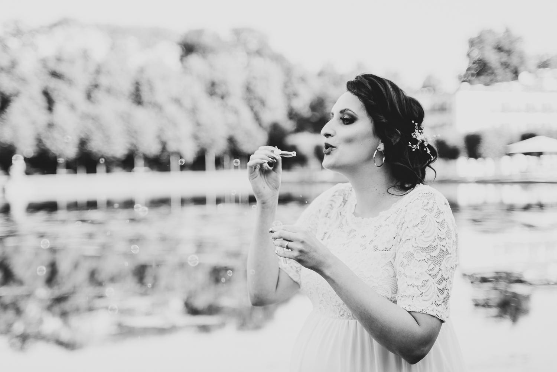 Hochzeitsfotos Bremen Braut pustet Seifenblasen