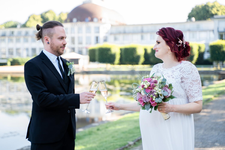 Brautpaar stößt auf die Hochzeit an Hochzeitsfotografin bremen