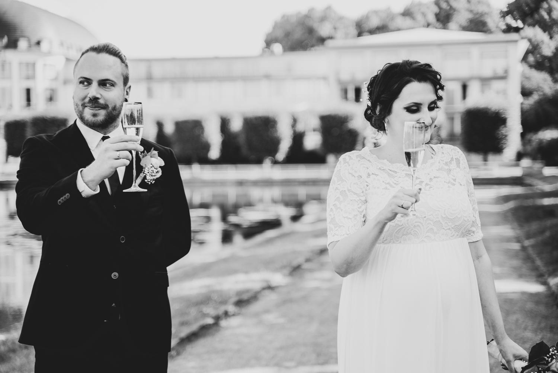 Brautpaar stößt gemeinsam mit den Gästen im Pak an Hochzeitsfotografin bremen