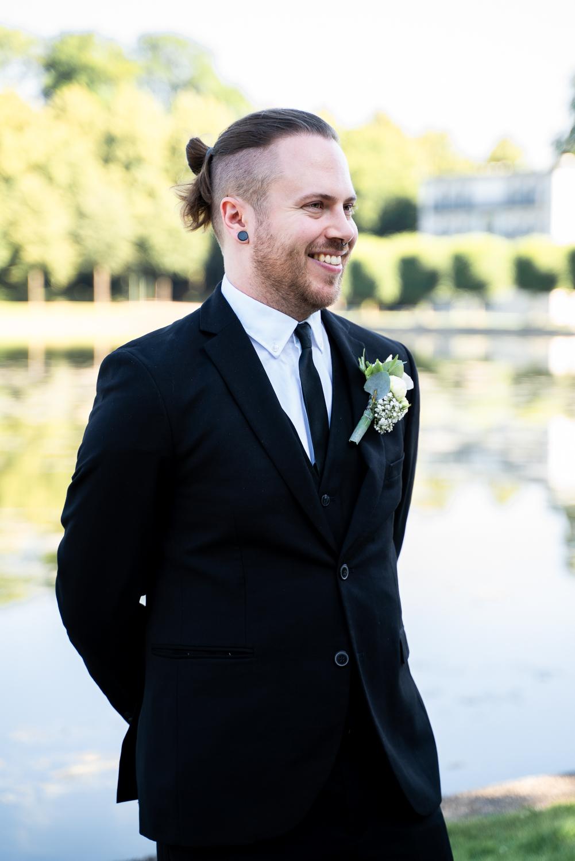 Lachender Bräutigam beim Empfang am Parkhotel Hochzeitsfotografin Bremen