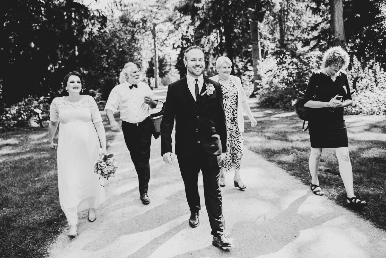 Hochzeitsgesellschaft läuft durch den park Hochzeitsfotografin bremen