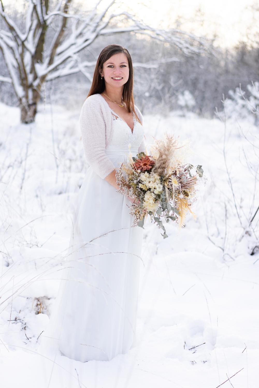 Braut bei der Winterhochzeit im Schnee