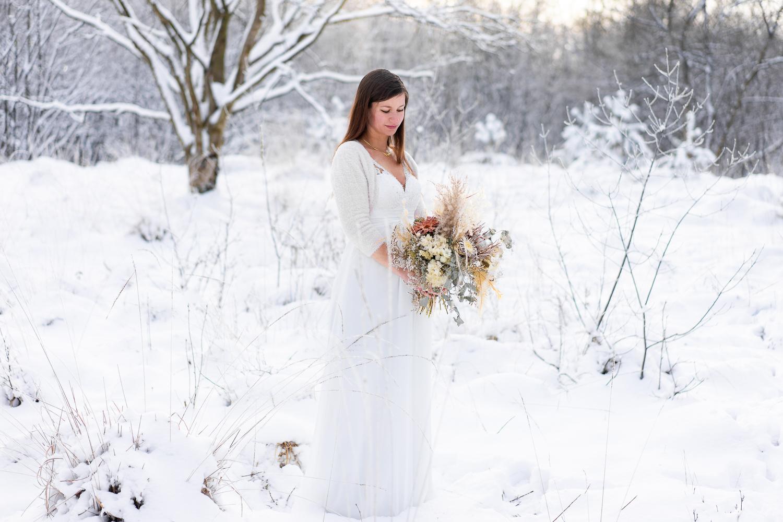 Braut im Schnee Winterhochzeit Hochzeitsfotografin bremen