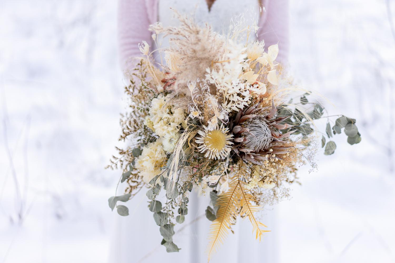 Brautstrauß Winterhochzeit Trockenblumen im Schnee