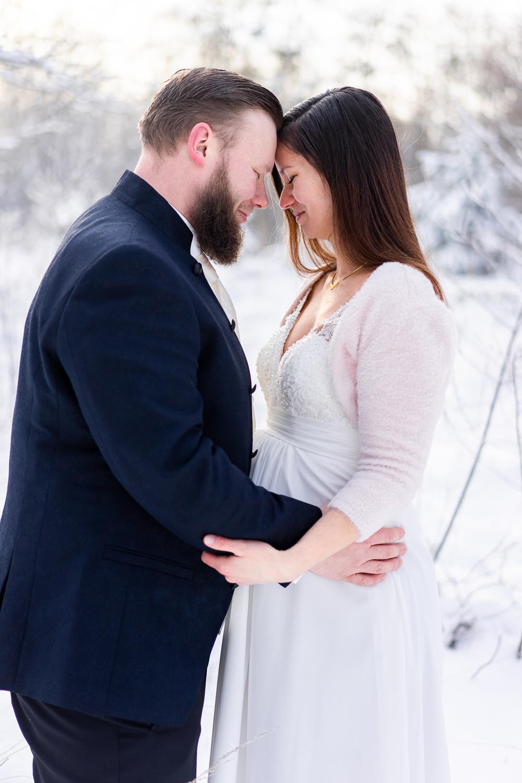 Hochzeitsfotografin Bremen Hochzeitsfotos im Schnee Brautpaar Stirn an Stirn
