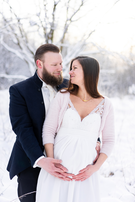 Hochzeitsfotos mit Babybauch Winterhochzeit im Schnee Hochzeitsfotografin bremen