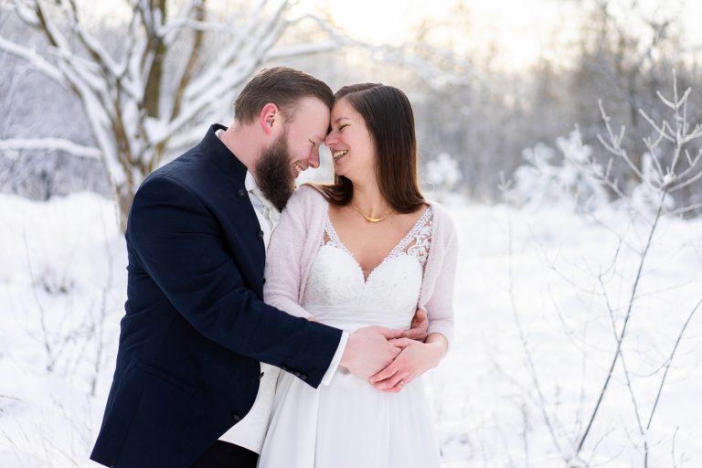 Lachendes Brautpaar im Schnee Winterhochzeit mit Hochzeitsfotografin Bremen