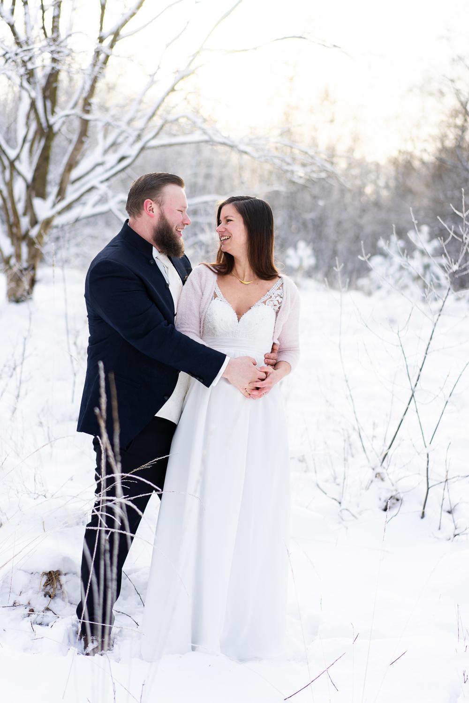 Heiraten mit Babybauch im Winter Hochzeitsfotos im Schnee
