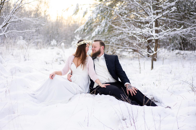 Brautpaar sitzt im Schnee Winterhochzeit Hochzeitsreportage Bremen