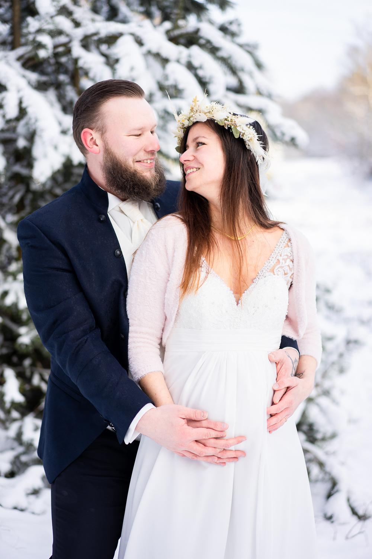Heiraten mit Babybauch Hochzeitsfotos im Schnee in bremen