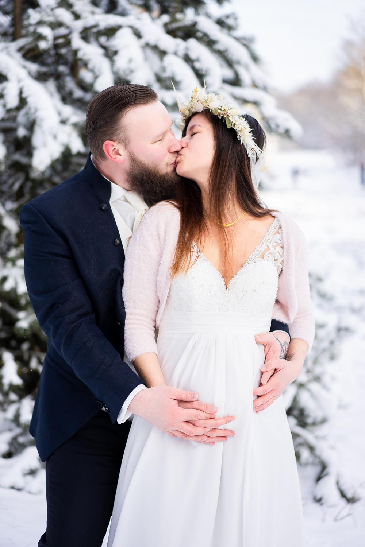 Schwangere Braut Hochzeitsfotos im Schnee Winterhochzeit Hochzeitsfotografin bremen