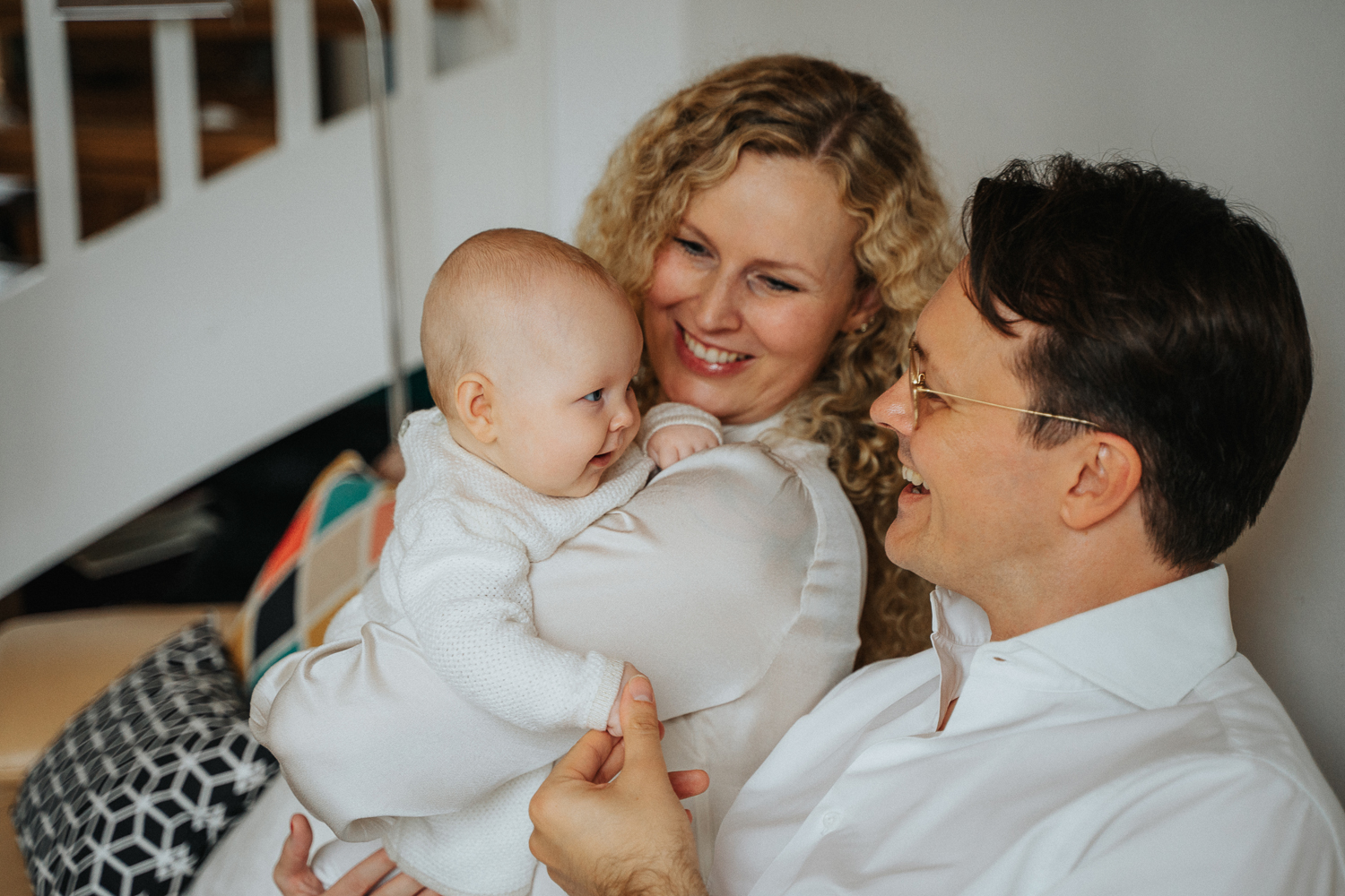 Baby lacht Papa an beim Homestory Familienshooting in bremen