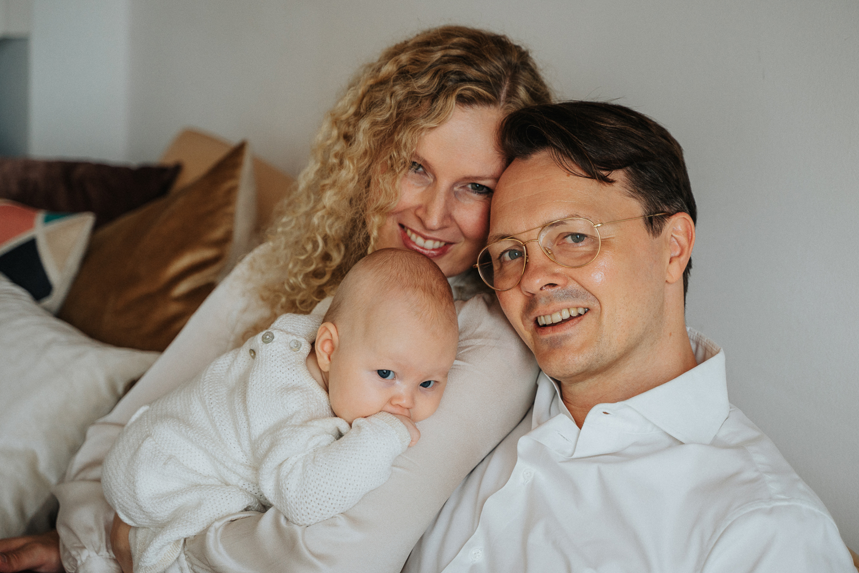 Familie beim Familienshooting als Homestory Zuhause Fotografin bremen