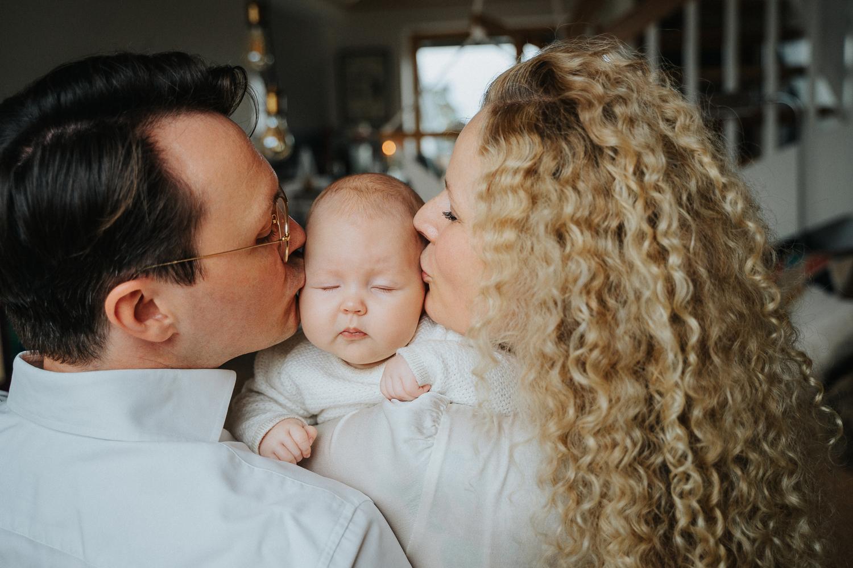 Mama und Papa küssen Baby Familienfotos Zuhause mit Baby in bremen