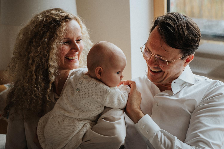 Eltern spielen mit Baby Homestory Familienfotos Fotoshooting Zuhause Fotografin bremen