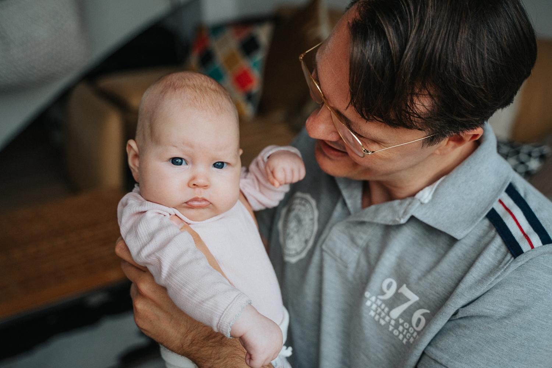 Portrait von Papa und Baby Fotoshooting Zuhause Familienfotos Homestory Bremen