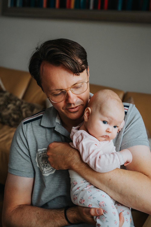 Papa mit Baby auf dem Arm Neugeborenenfotos als Homestory in bremen