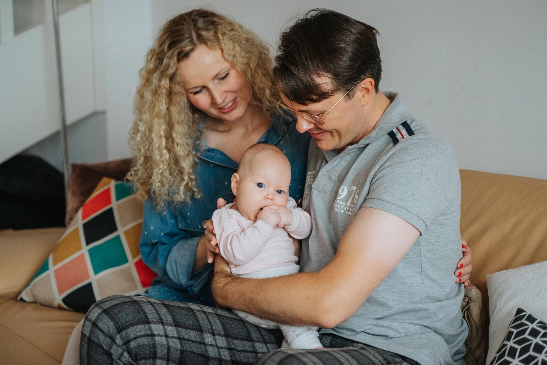 Familie mit Baby auf dem Sofa Neugeborenenshooting Bremen Homestory