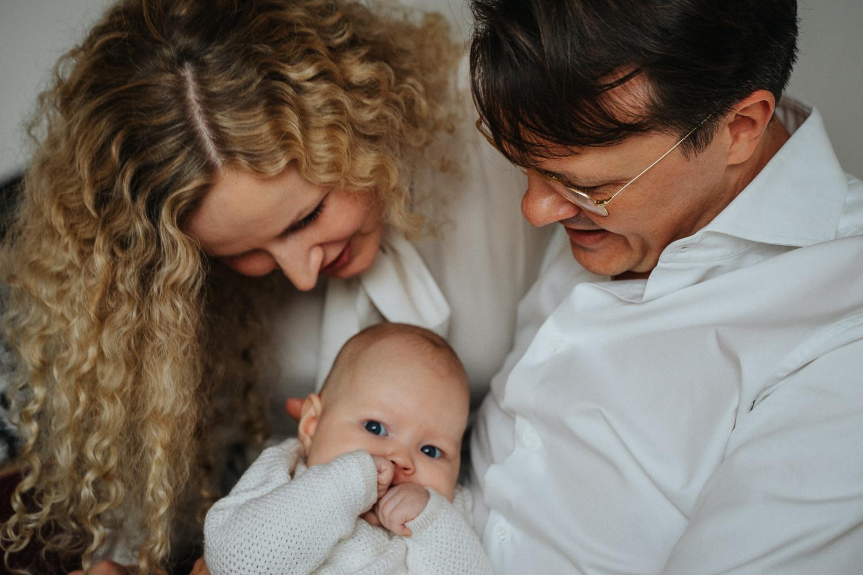 Emotionale Homestory mit Baby Fotoshooting Familie in Bremen