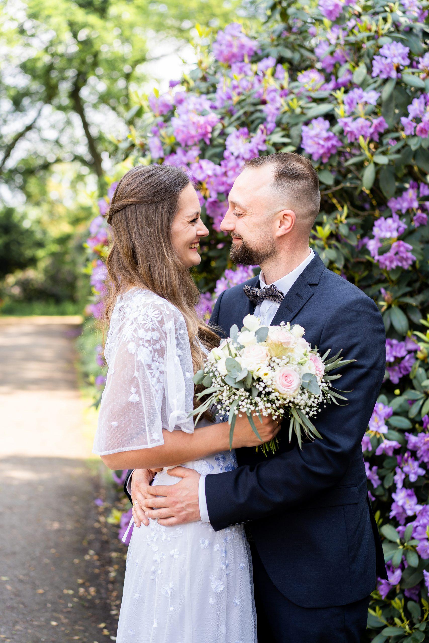 Liebe Hochzeitsfotografie Fotografie Ehepaar Bremen Hochzeitstag Rhododendron Blumen Location