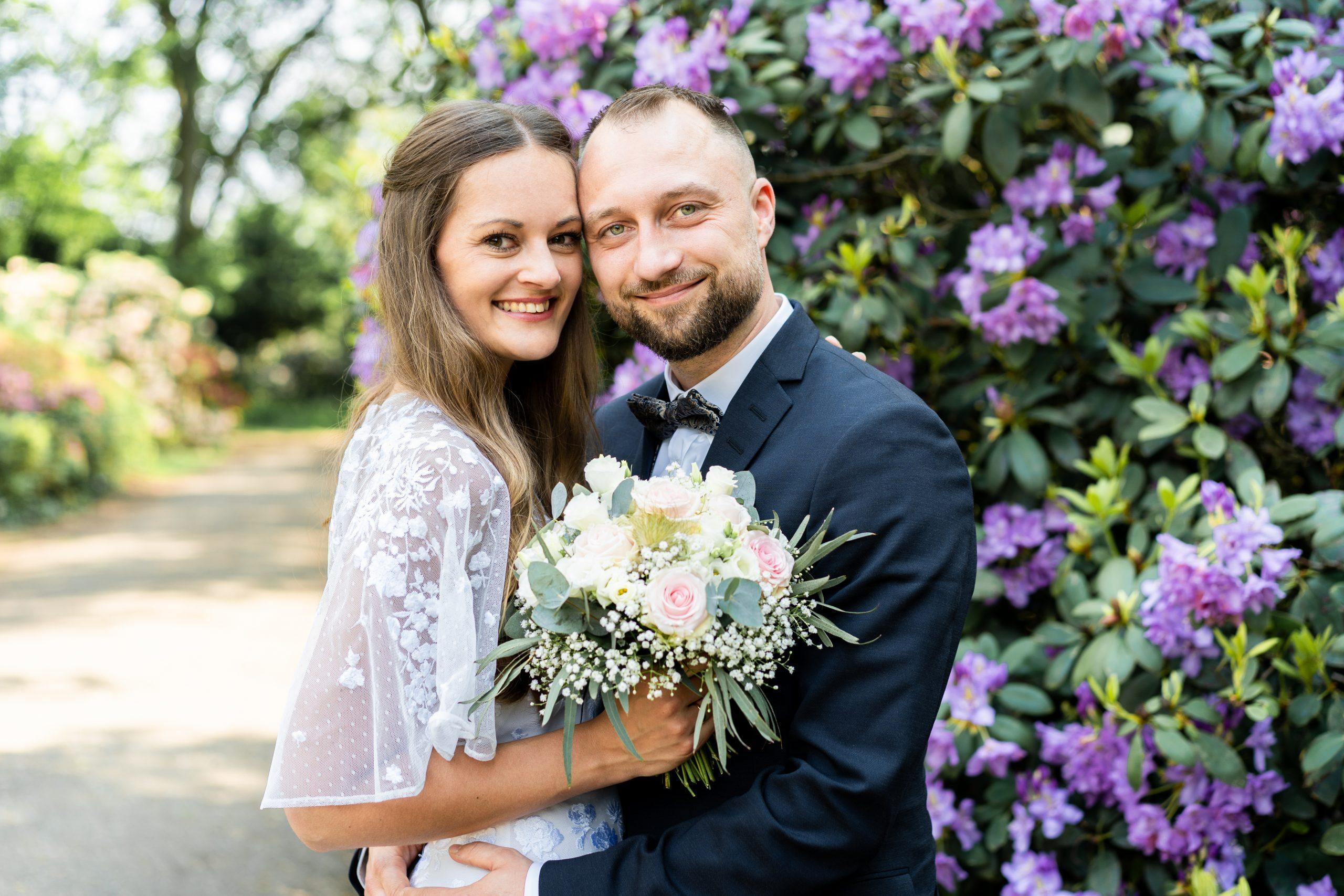 Rhododendron Blumen Brautpaar Shooting Hochzeitsshooting Outdoorshooting