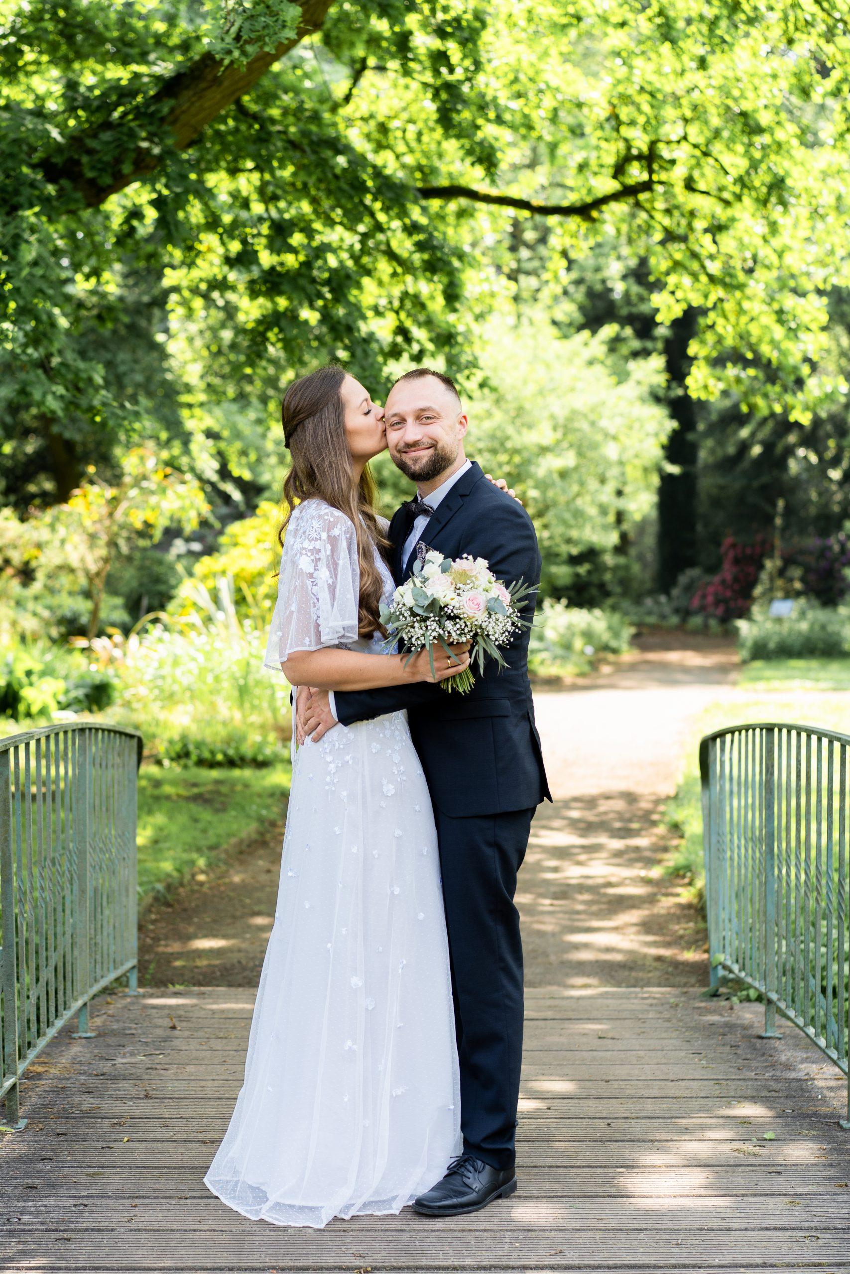 Hochzeitskuss Hochzeitspärchen Hochzeitsfotografie Rhododendronpark