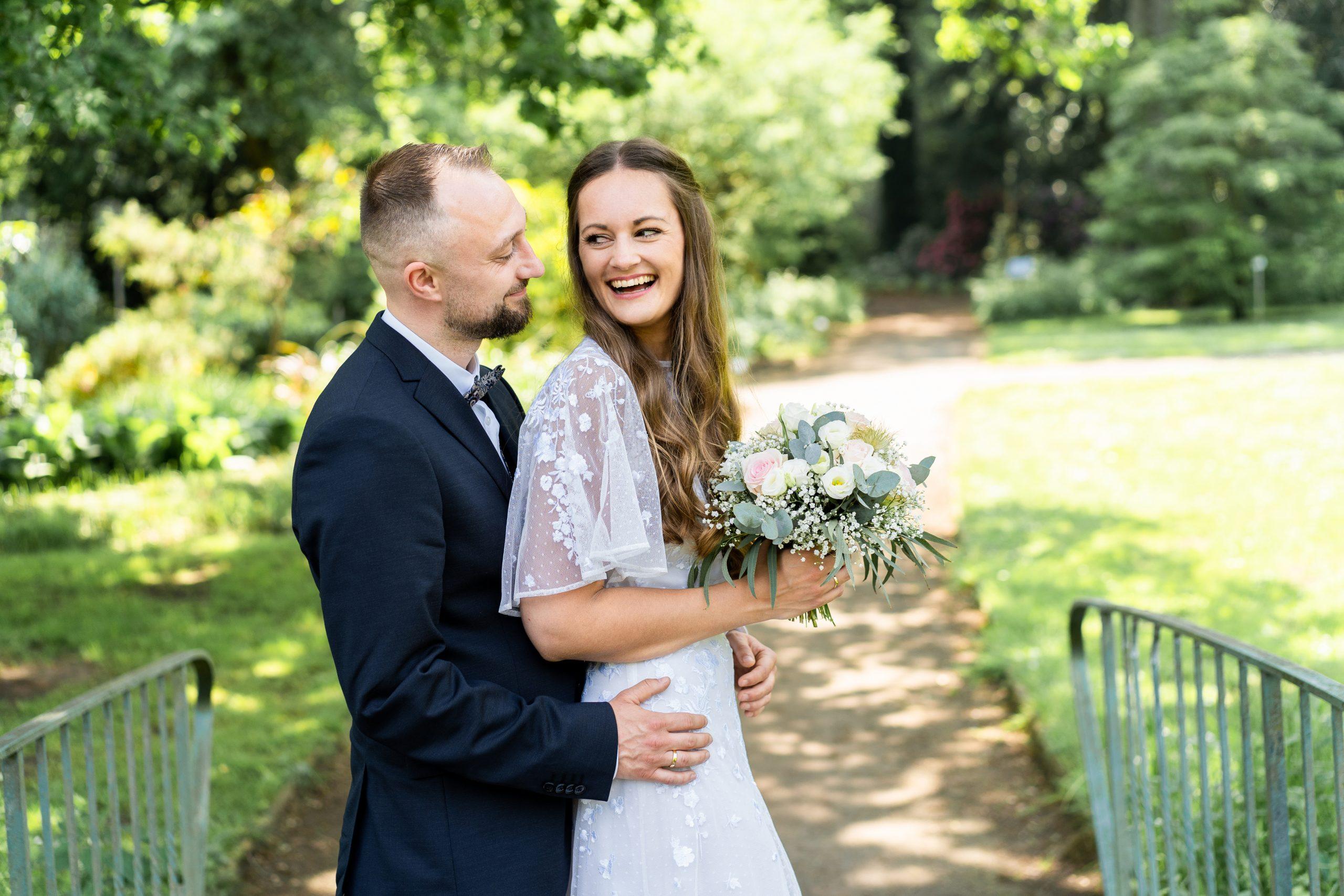 Hochzeitsshooting Fotografi Hochzeitsfotografie Hochzeit im Park Outdoor Wedding Happy Couple