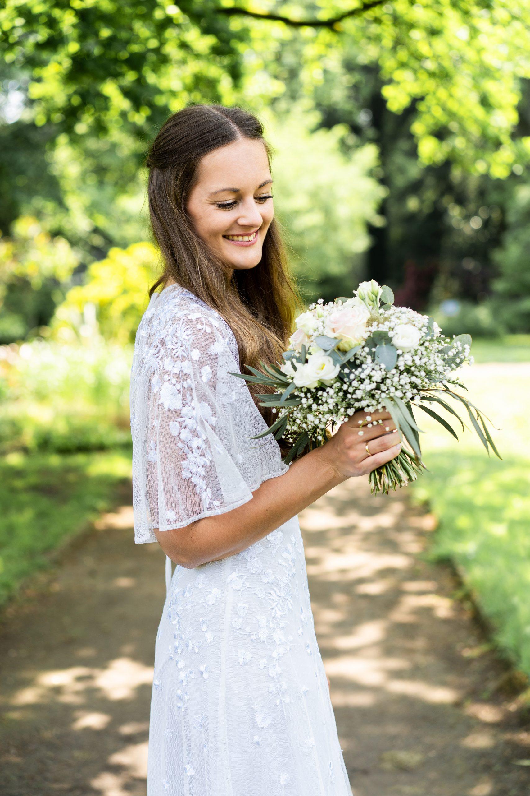 Braut Brautshooting Brautfotografie Brautstrauß Hochzeit Fotografin Outdoorshooting Wedding