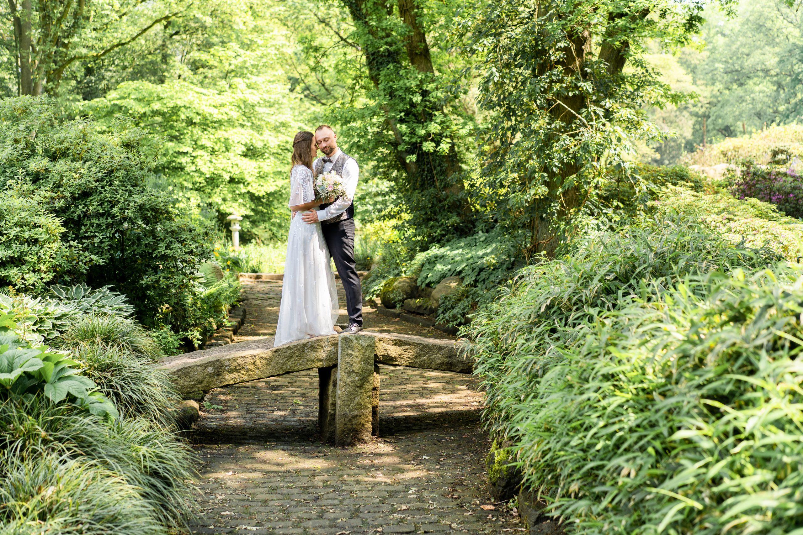 Hochzeitspärchen Parkshooting Naturhochzeit Naturpärchen Hochzeitsfotografie Fotografie Bremen Braut