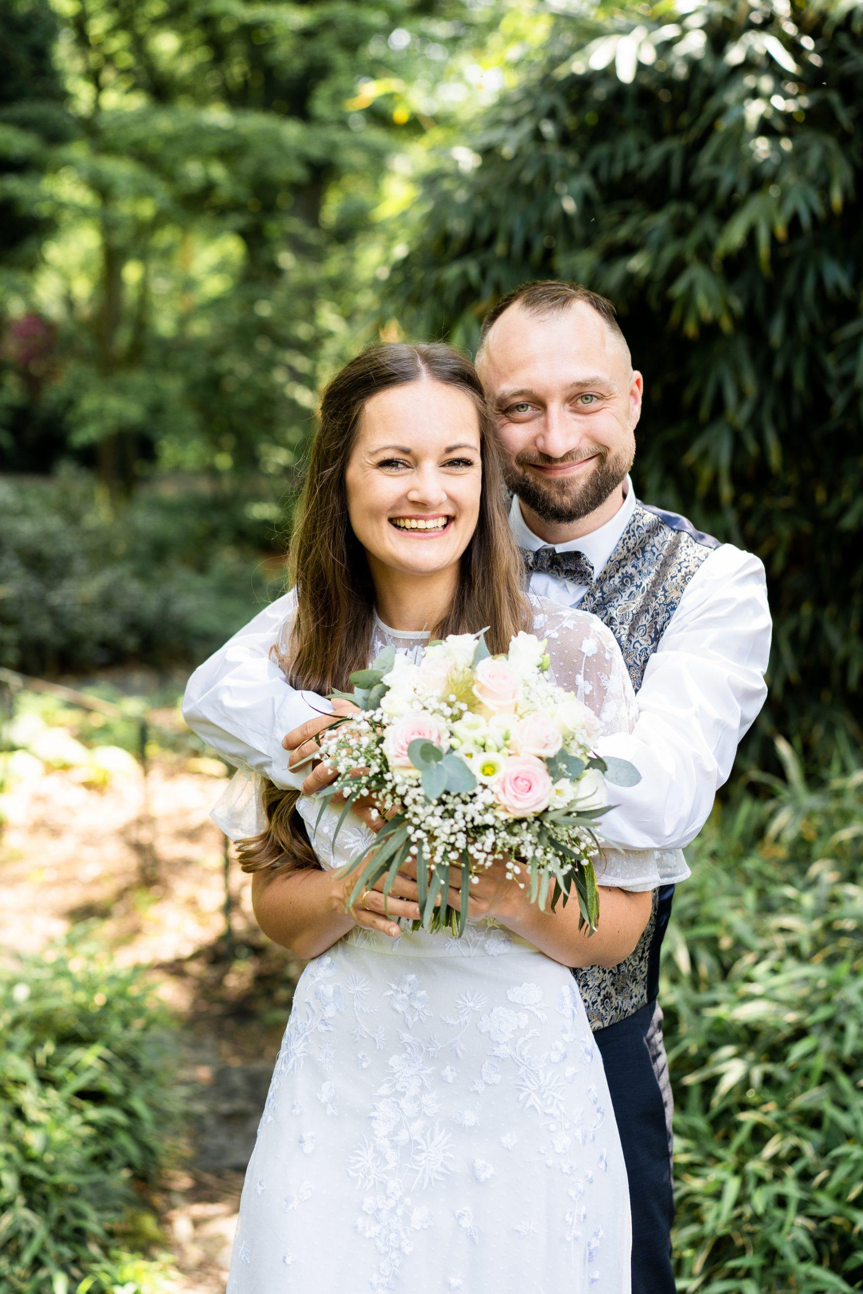 Hochzeitspaar Hochzeitsfotograf Rhododendronpark Hochzeit Hochzeitfotografie Ehepaar Brautstrauß Braut Hochzeitsglück