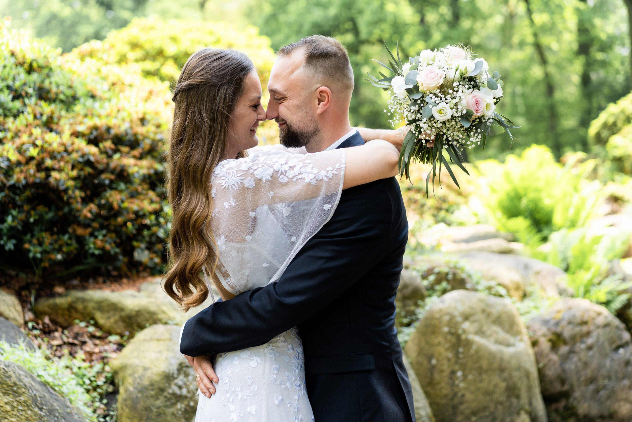 Hochzeit Ehepaar Brautpaar Brautstrauß Rhododendronpark Naturhochzeit