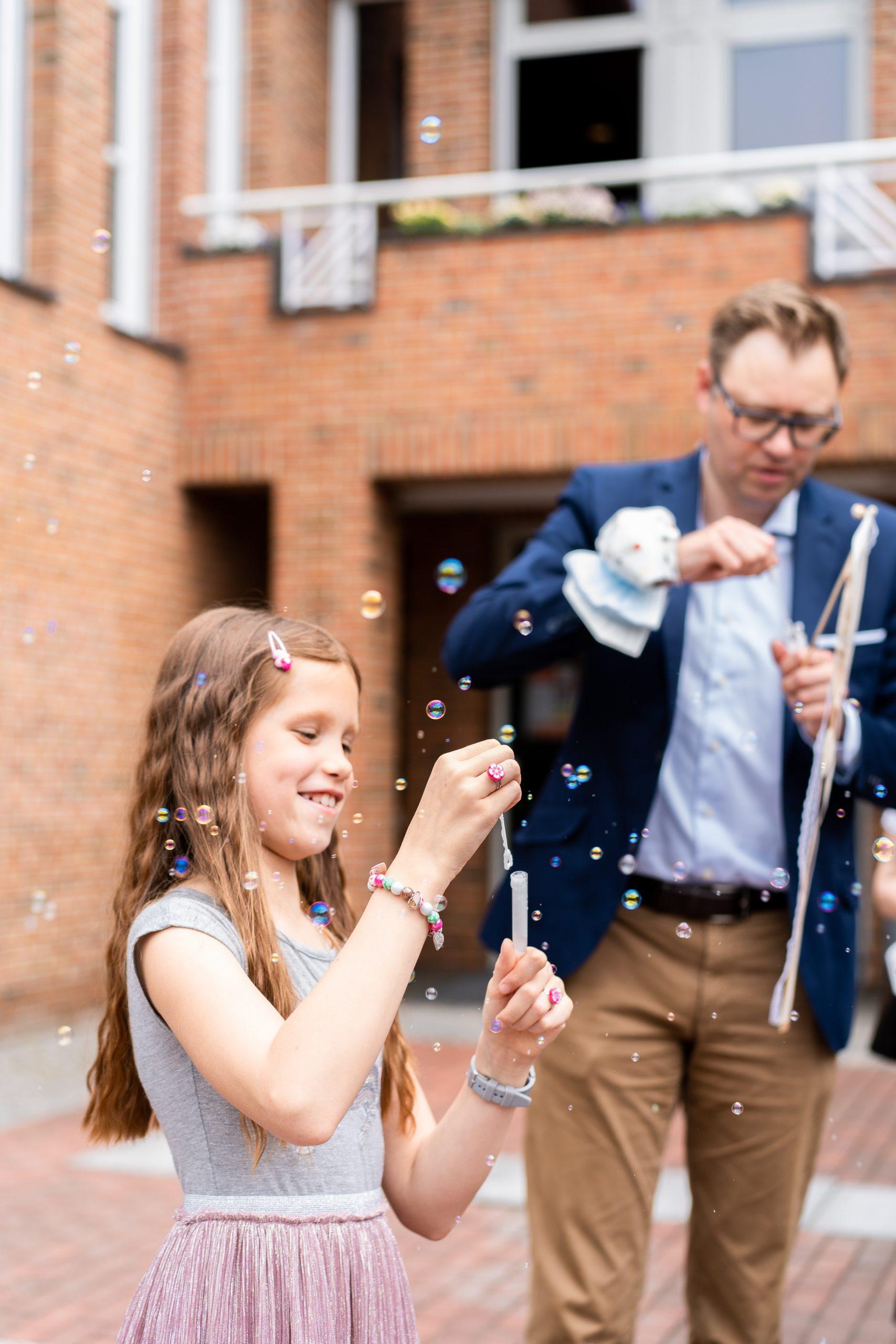 Hochzeitsgäste Kindershooting Seifenblasen Kinder Seifenblasen