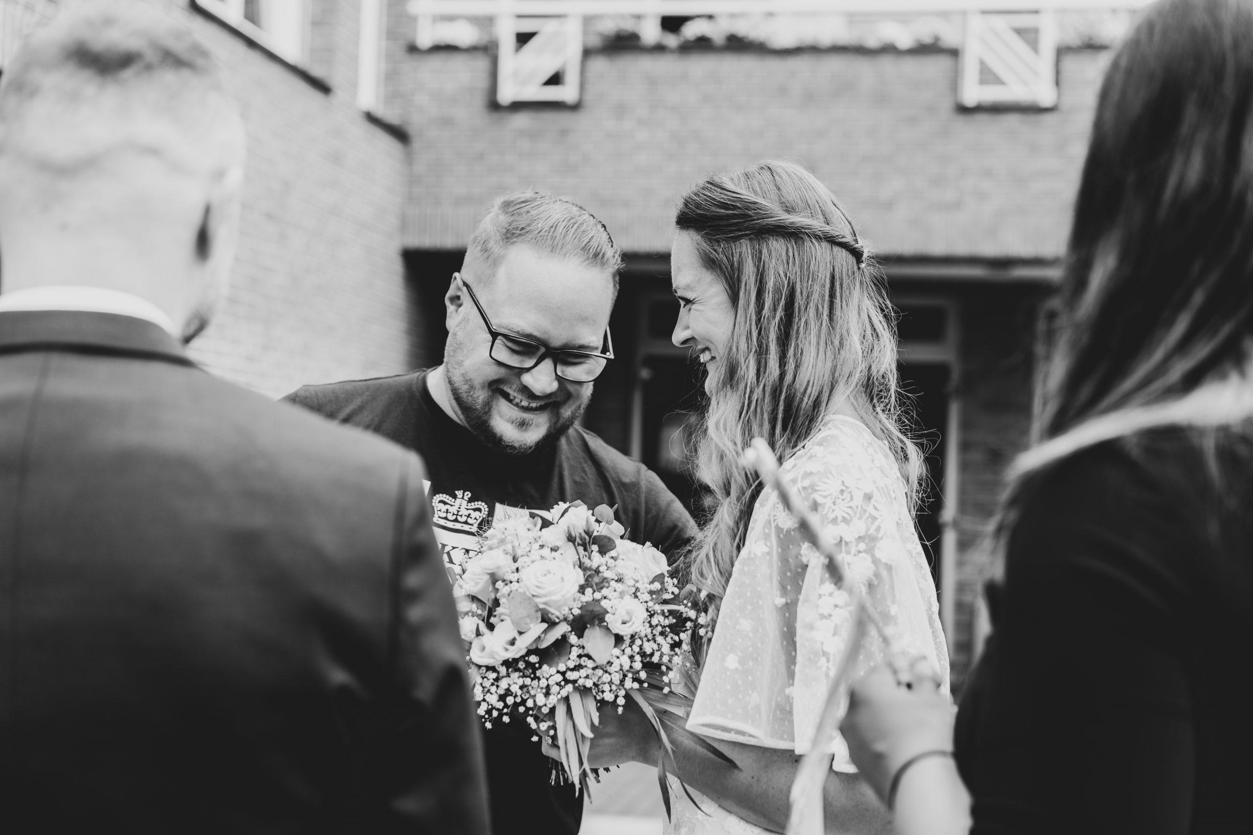 Hochzeitsgäste Freude Hochzeitsfotograf Momentaufnahme Hochzeitstag Glücksmomente