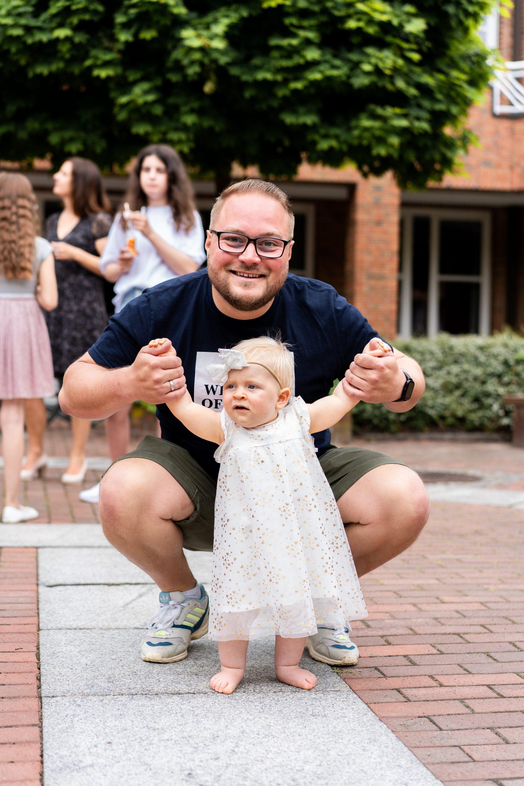 Gäste Hochzeitsgäste Vater Kind Draußen Hochzeitsfotografin Hochzeitsfotograf