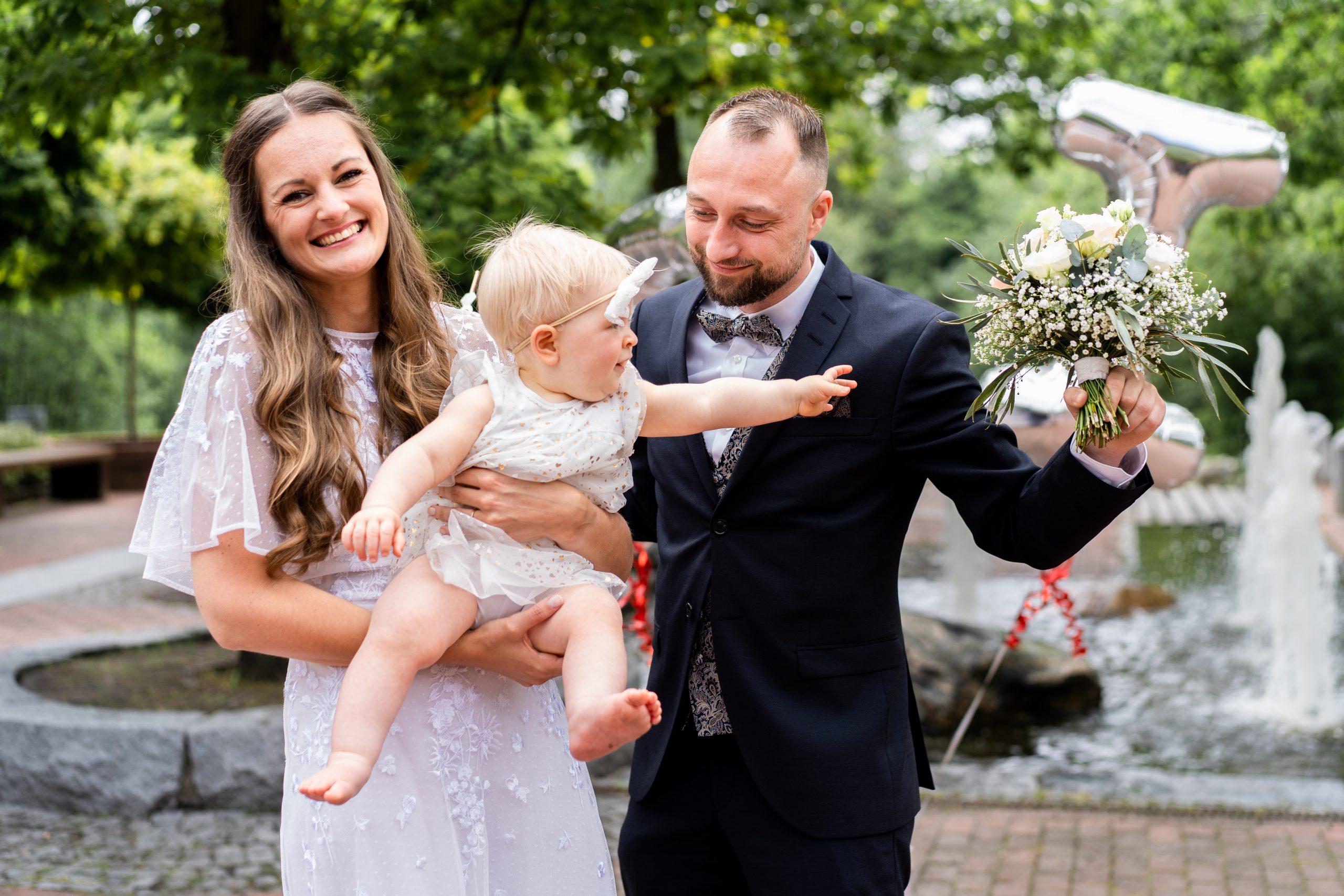 Hochzeitspaar Hochzeitsfeier Hochzeitsgäste Kinder Momentaufnahme Fotograf Weyhe